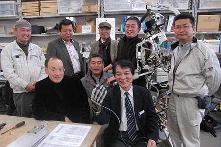 神奈川新聞社による取材時の集合写真。パワーアシストハンドを装着しているのが井代表。ロボットの生みの親、山本教授も堂々登場です。