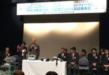 かわさき基準推進協議会の特別顧問:千葉商科大学の学長、島田 晴雄様によるパワーアシストハンドのデモンストレーション