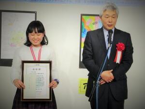アトム大賞受賞者の齊藤さんと、選定した審査委員長の義江氏の画像