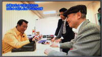 若大将(加山雄三)がパワーアシストハンドを装着し、ニッコリ笑顔で体験されている写真